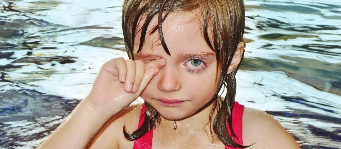 bambina in piscina allergica al cloro