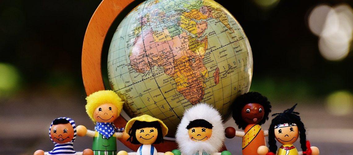 plurilinguismo infantile convegno unimc immagine pupazzetti e mappamondo