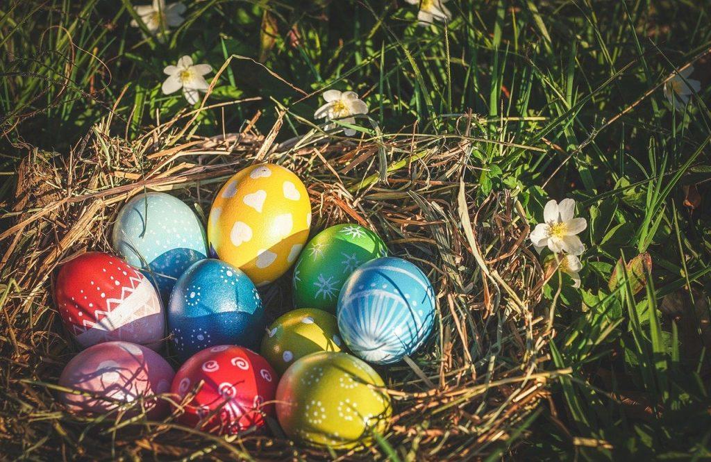 tradizioni di pasqua nelle marche: le uova colorate