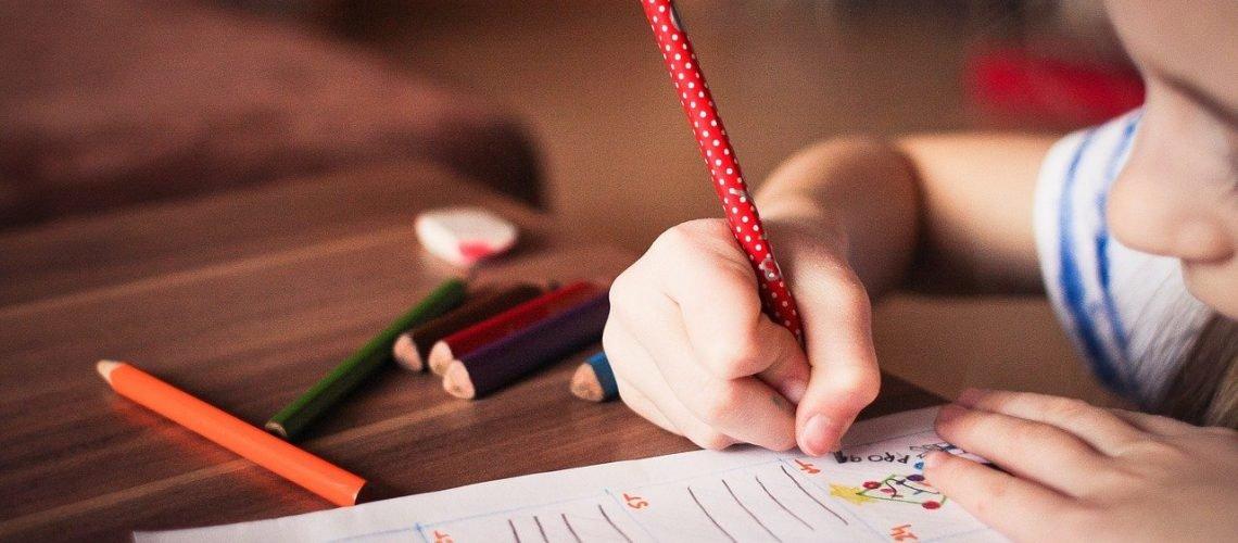 dfficoltà a scuola bambina che tiene in mano una penna