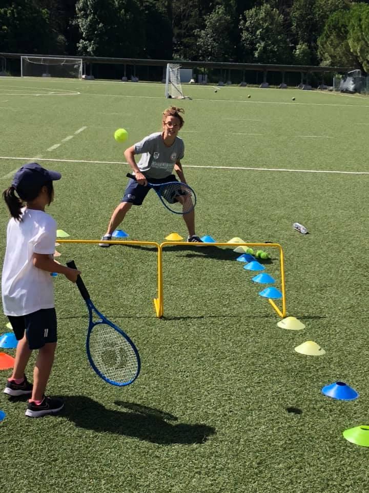 bambini che giocano a tennis centro estivo summer sports camps