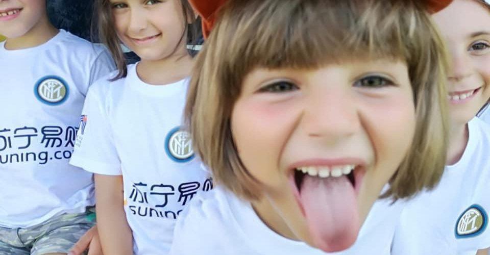 summer sports camps YFIT bambina che fa la linguaccia