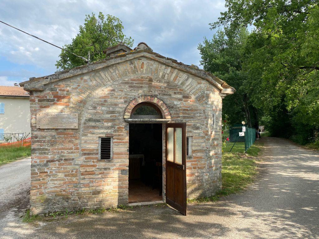 chiesetta frazione morelli a Sarnano, lungo la via delle Cascate perdute