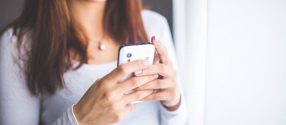 donna con cellulare in mano